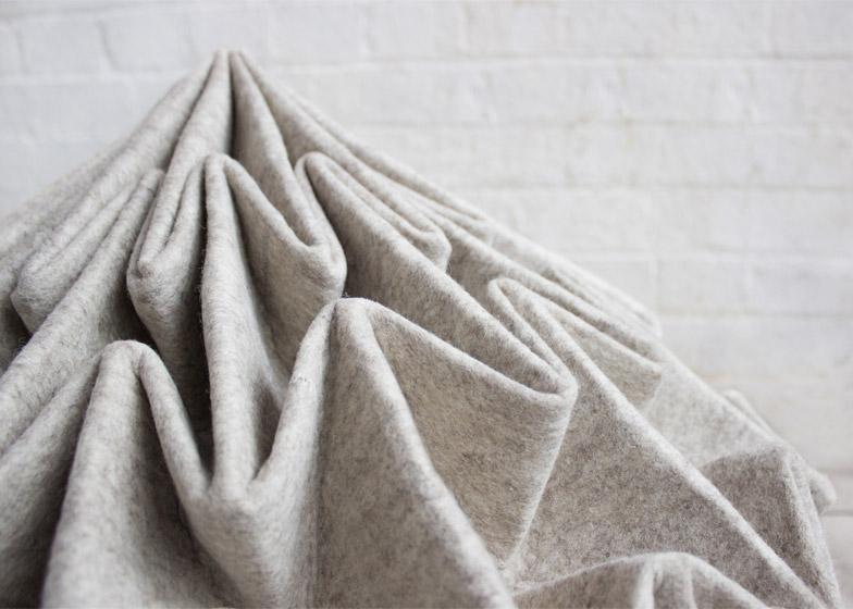Необычные детали дизайна: геометрические складки шерстяного пуфа Cones