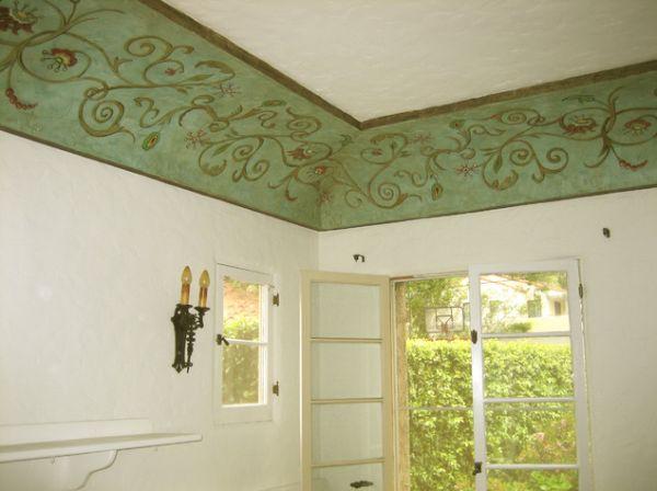 Зеленые узоры на потолке