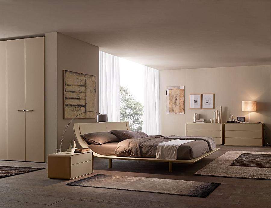Прекрасная кровать в интерьере светлой спальни