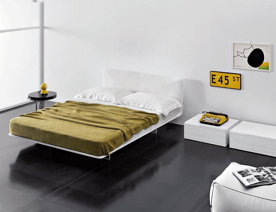 Прелестная кровать в интерьере белой спальни