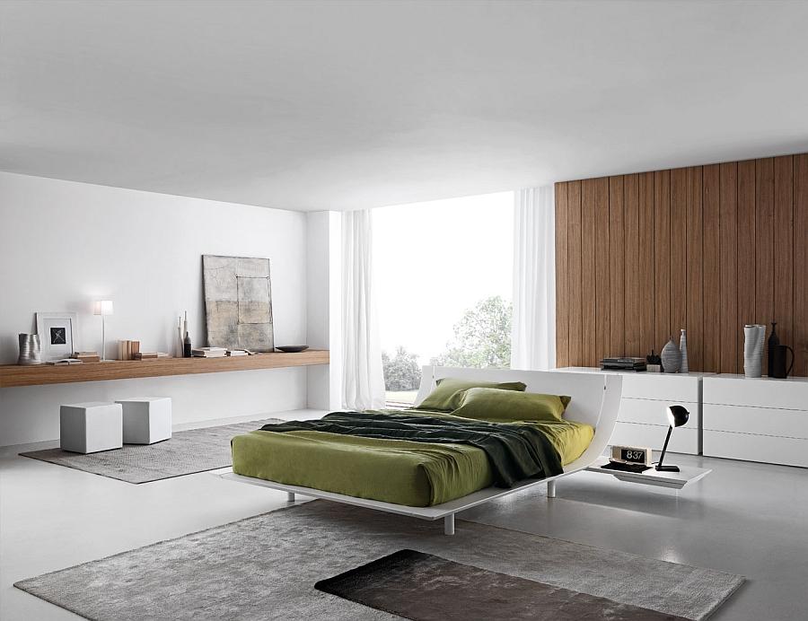 Чудесная кровать в интерьере белой спальни