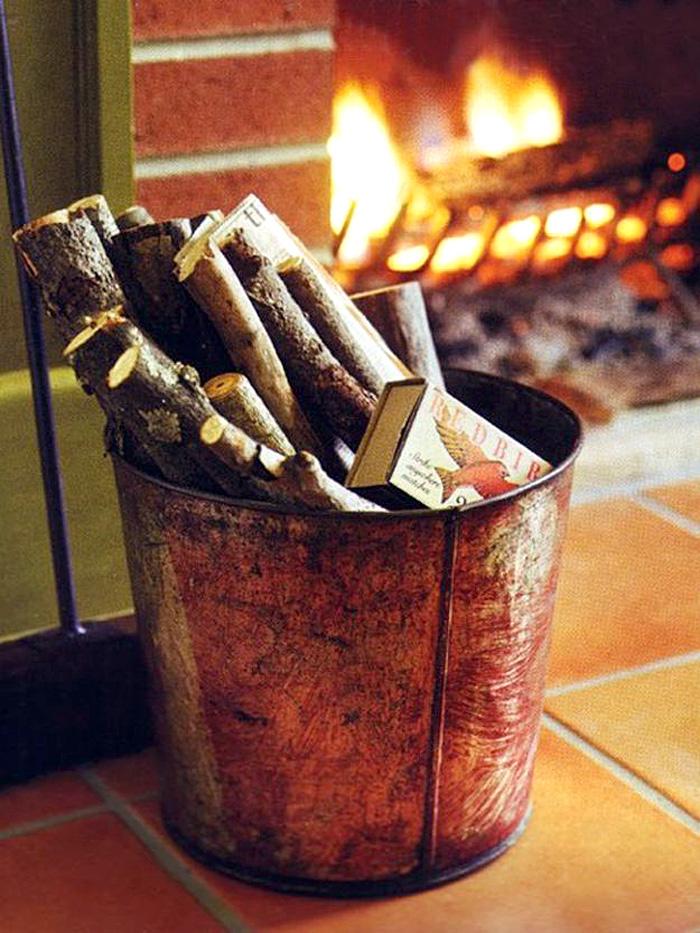 Ведро с дровами для камина