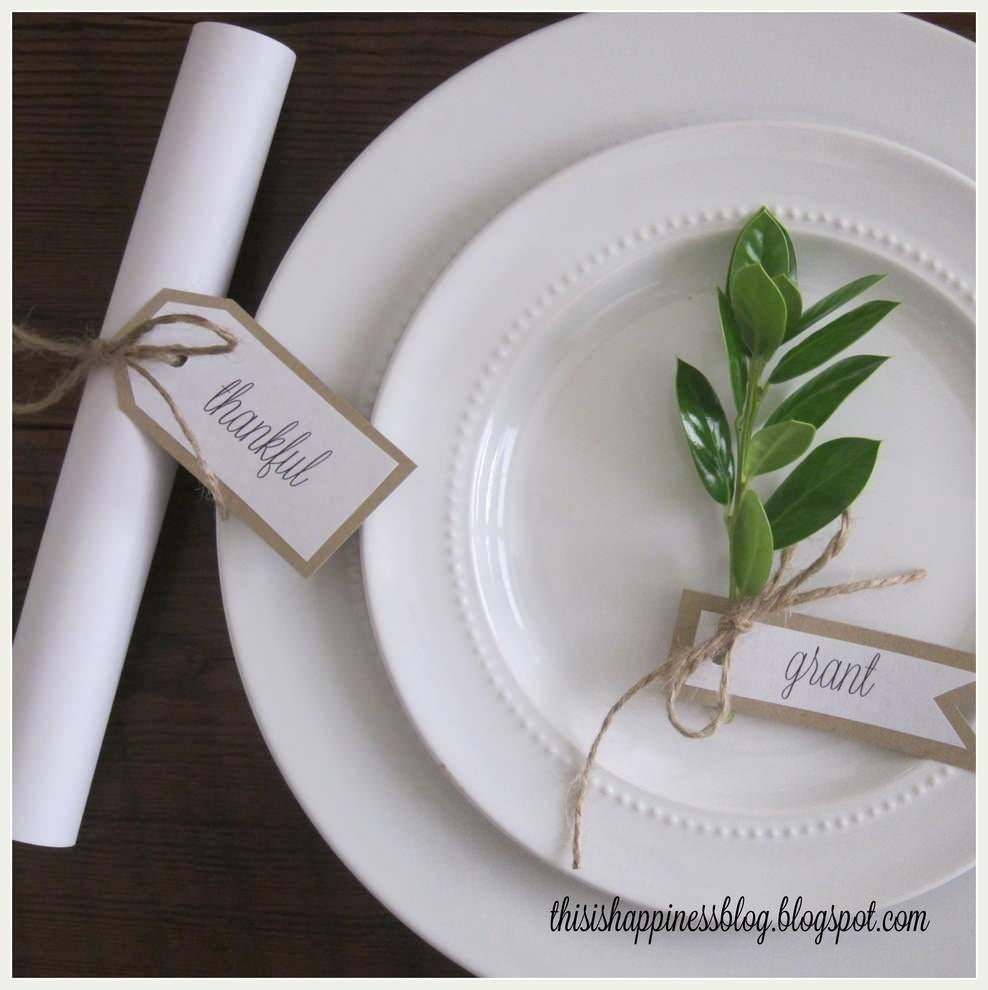 Белая тарелка с подписью