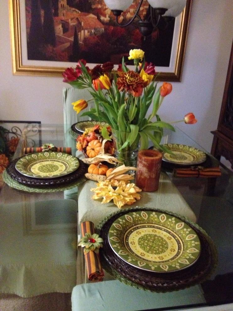 Цветы в вазе на столе