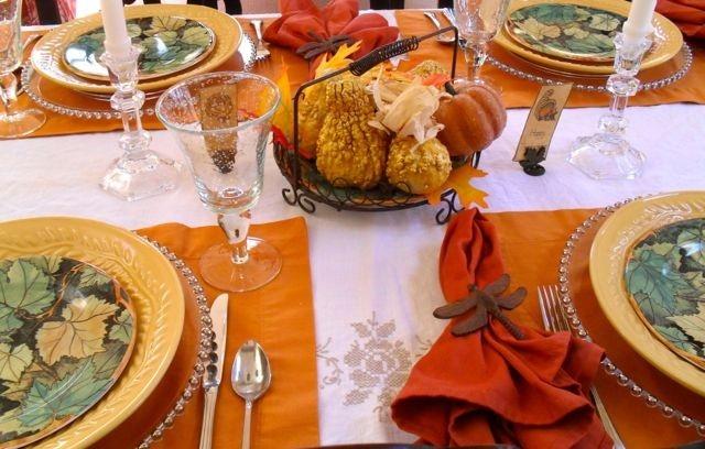 Оранжевые салфетки на столе