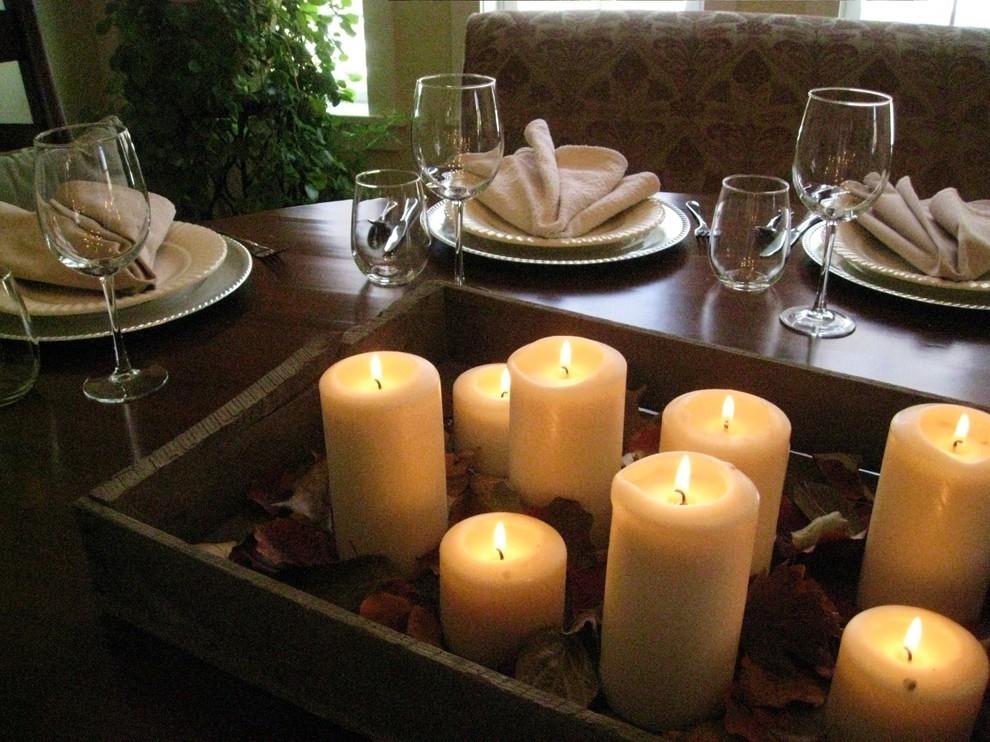Свечи на подставке на столе