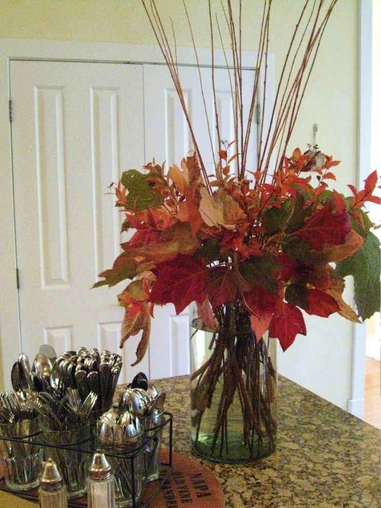 Осенние листья в вазе на столе