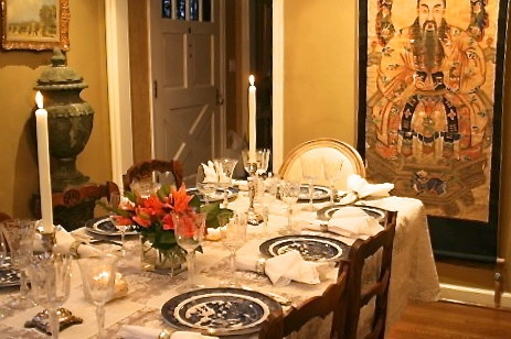 Посуда с узорами на праздничном столе