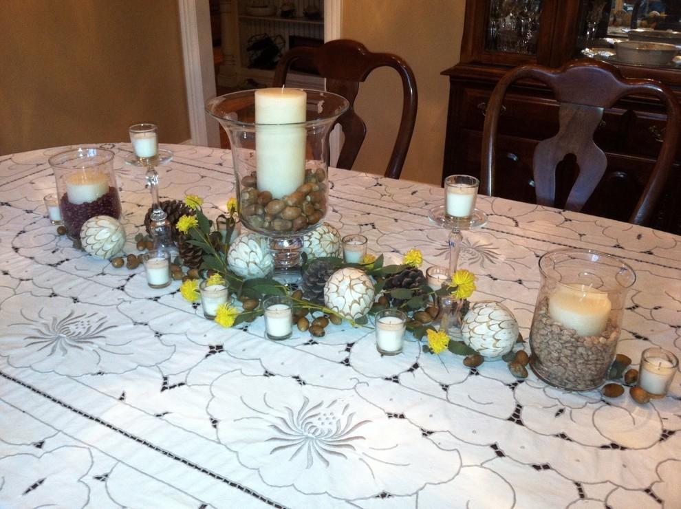 Скатерть в белом виде с узорами на столе