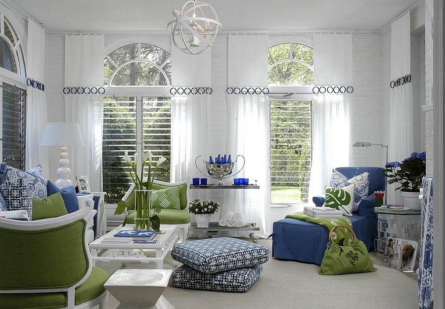 Веселая гостиная с акцентом на зеленый и синий оттенки, от студии Eileen Kathryn Boyd Interiors