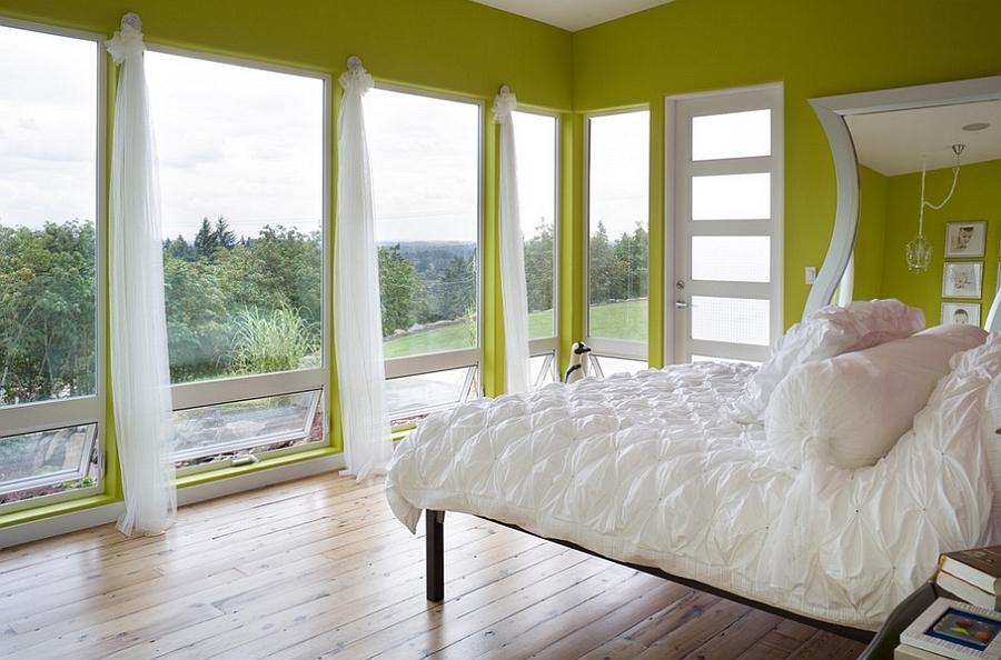 Очаровательная спальня с белоснежными занавесками
