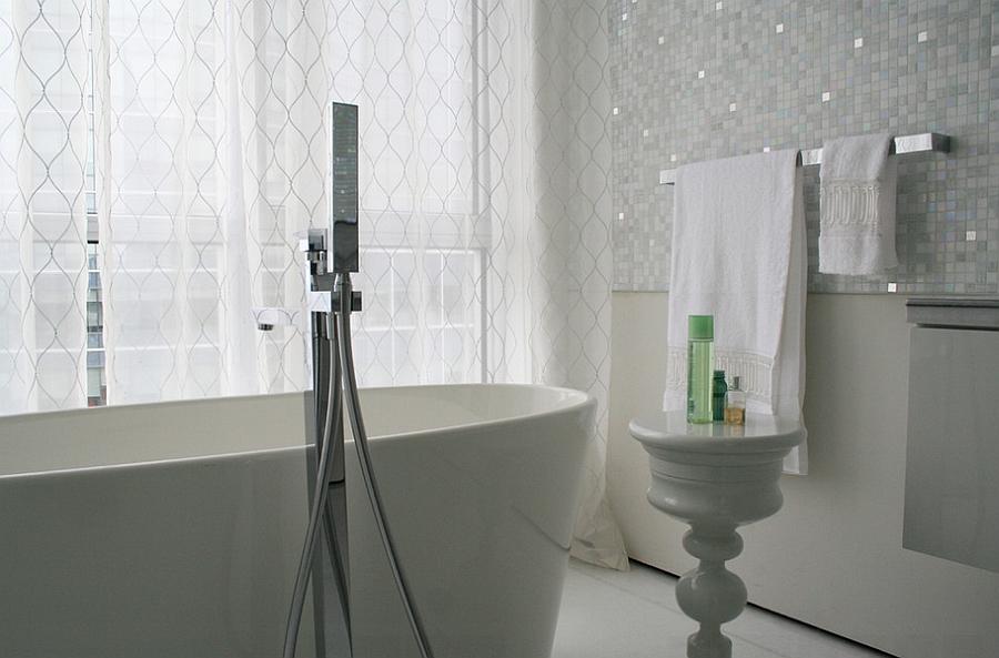 Идеально белая ванная комната с большим окном