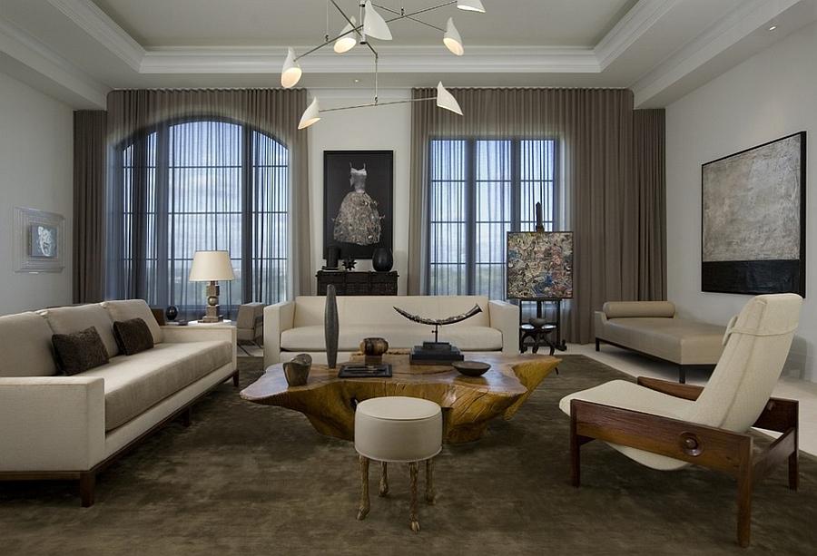 Богатая гостиная в бежевом цвете с полупрозрачными портьерами