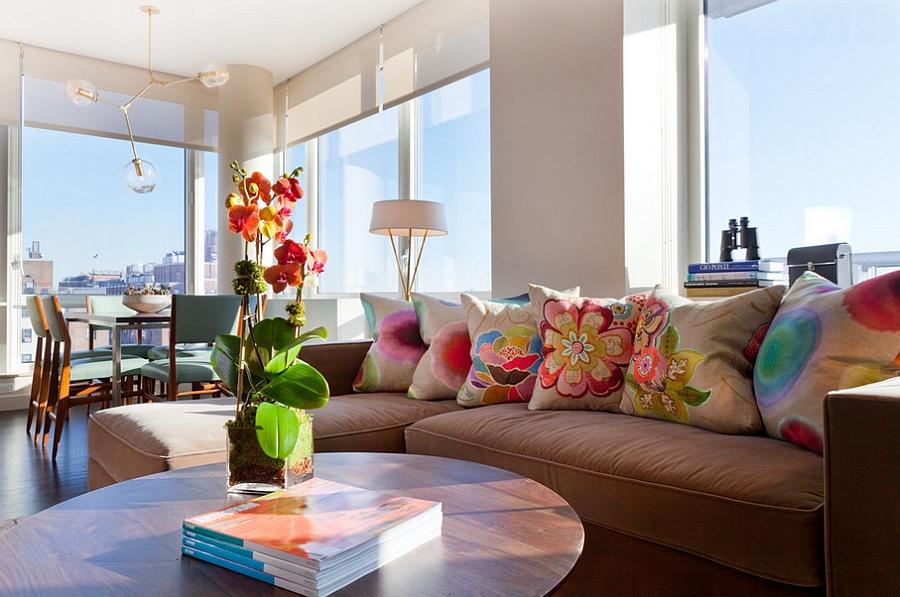 Светлый диван, декорированный подушками с цветочным орнаментом