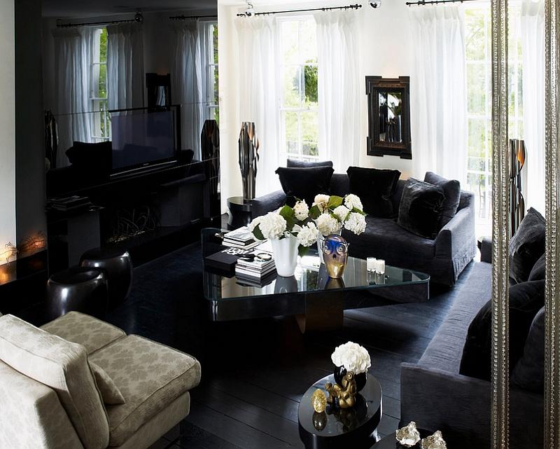 Уютная гостиная в черном цвете с акцентом на белые занавески