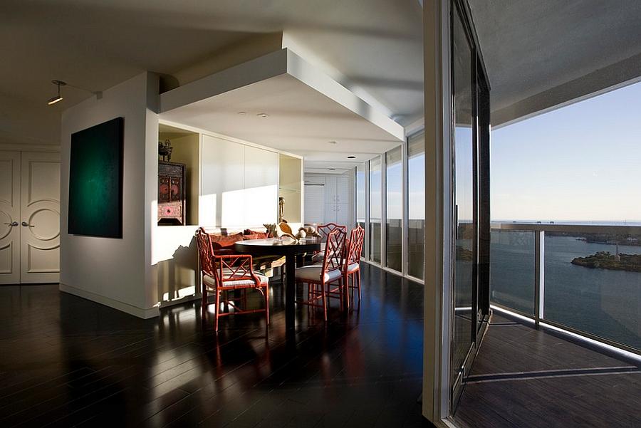 Стильная столовая с выходом на балкон
