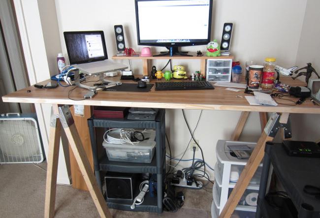 Стол для работы стоя с предметами интерьера