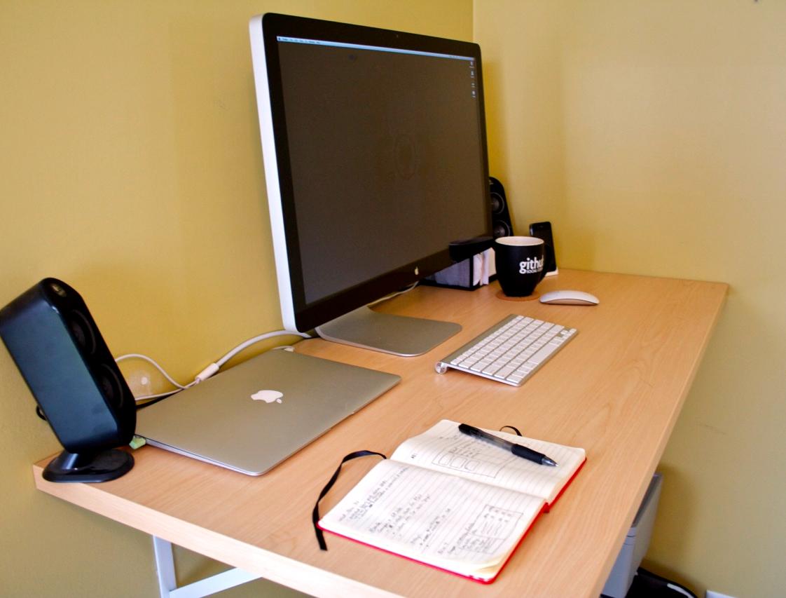 Компьютерный стол с моноблоком, ноутбуком, компьютером и колонками
