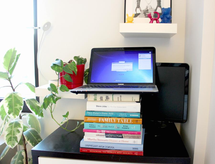 Ноутбук на стопке книг