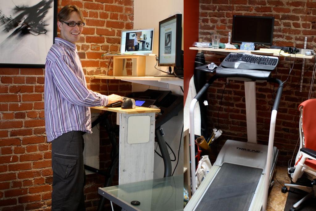 Компьютерный стол рядом с беговой дорожкой