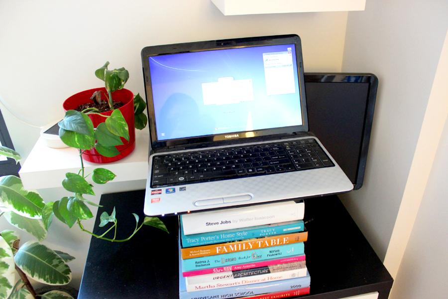 Рабочий стол из стопки книг
