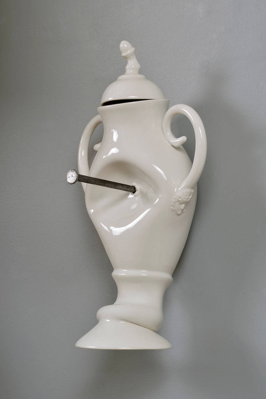 Комические несчастья: деформированные скульптуры из фарфора от Лорана Краста