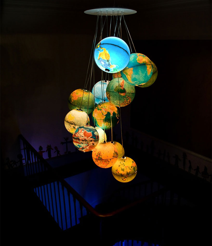 Современный светильник из светящихся глобусов