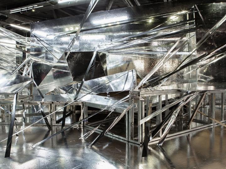 Инсталляция представляет собой пространство, объединенное чистыми геометрическими формами