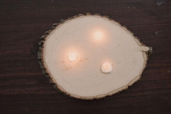 Свечка на столике из ствола дерева