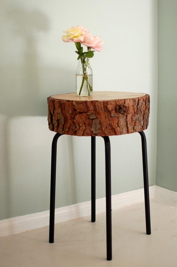 Ваза с цветами на столике из ствола дерева
