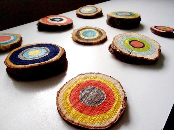 Разноцветные настенные декорации из ствола дерева