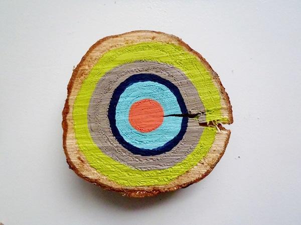 Разноцветные круги в виде мишени на стволе дерева
