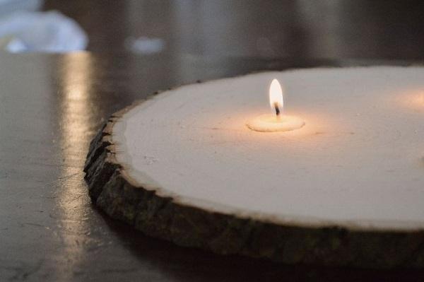 Свечи на столике из ствола дерева