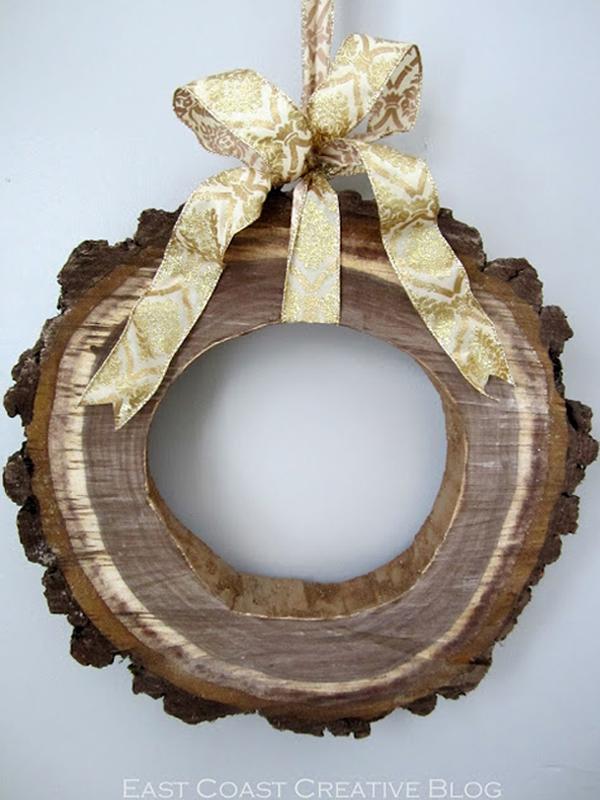 Декорация из ствола дерева в виде колеса с бантиком