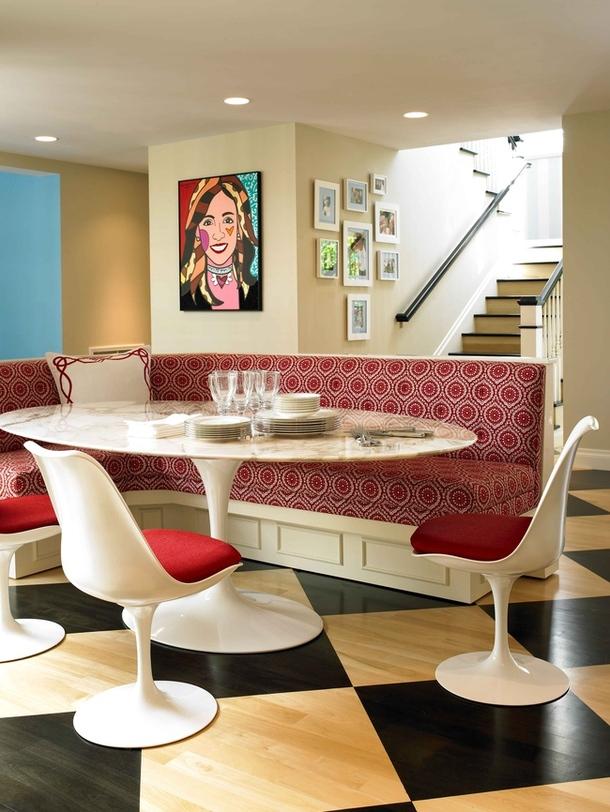 Интерьер столовой в бело-красном цвете