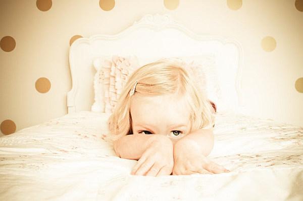 Ребенок на кровати в интерьере