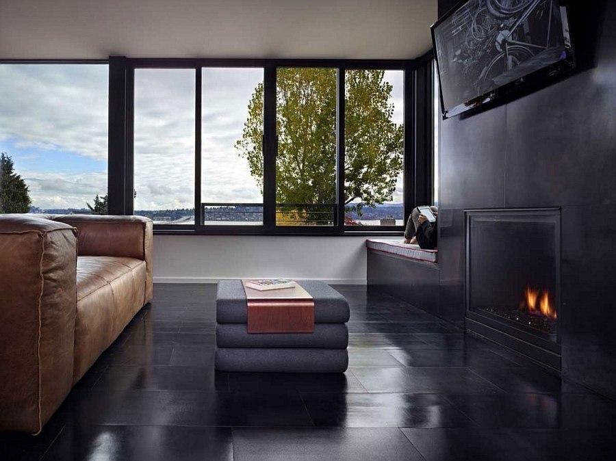 Уютная темная гостиная с камином в Cycle House в Mount Baker