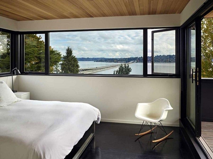 Вид на озеро из панорамных окон в спальне Cycle House в Mount Baker