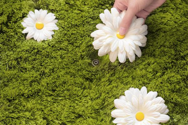 Имитация газона на ковре Daisy Garden от Joe Jin Design Company Ltd