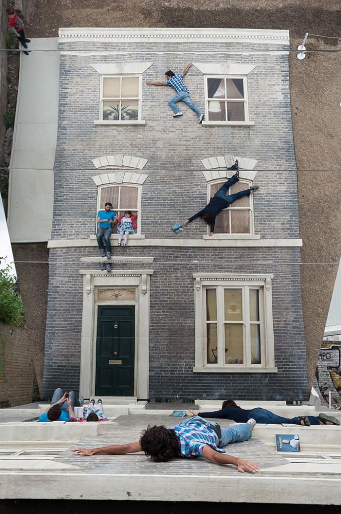 Dalston House - экспозиция аргентинского художника Leandro Erlich на Лондонском фестивале архитектуры, 2013 год