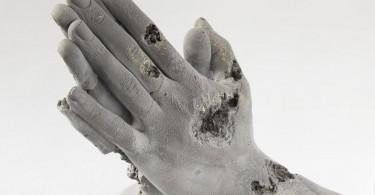 Даниэль Аршам: идея распада в фигурах из пористого камня и битого стекла