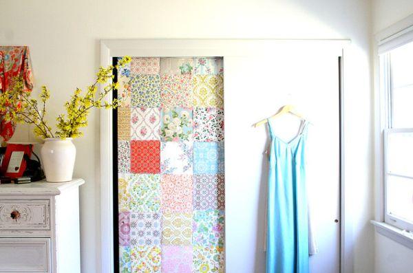 Куски ткани для оформления стены в гардеробной комнате