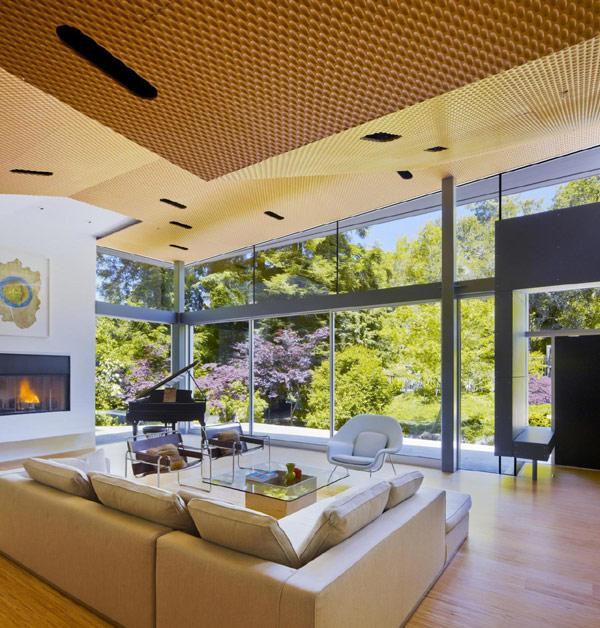 Текстурированный потолок в высоком помещении
