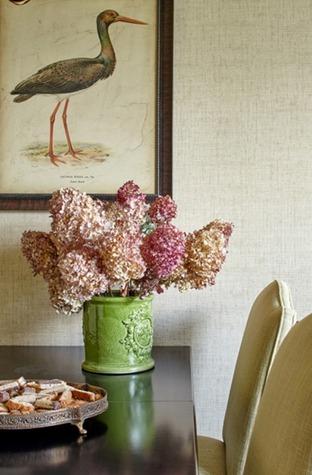 Цветы на столе в столовой в стиле фьюжн