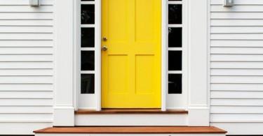 Ярко-жёлтая входная дверь