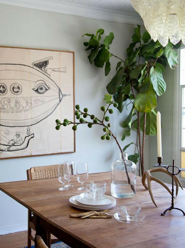 Стеклянная банка и растение на столе