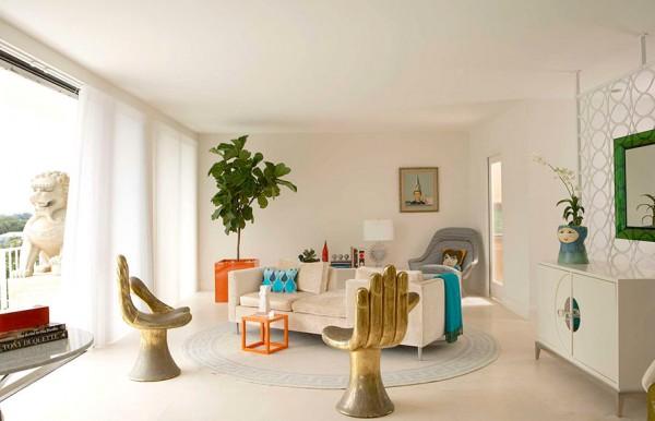 Красивые стулья-рука и оранжевый горшок с растением