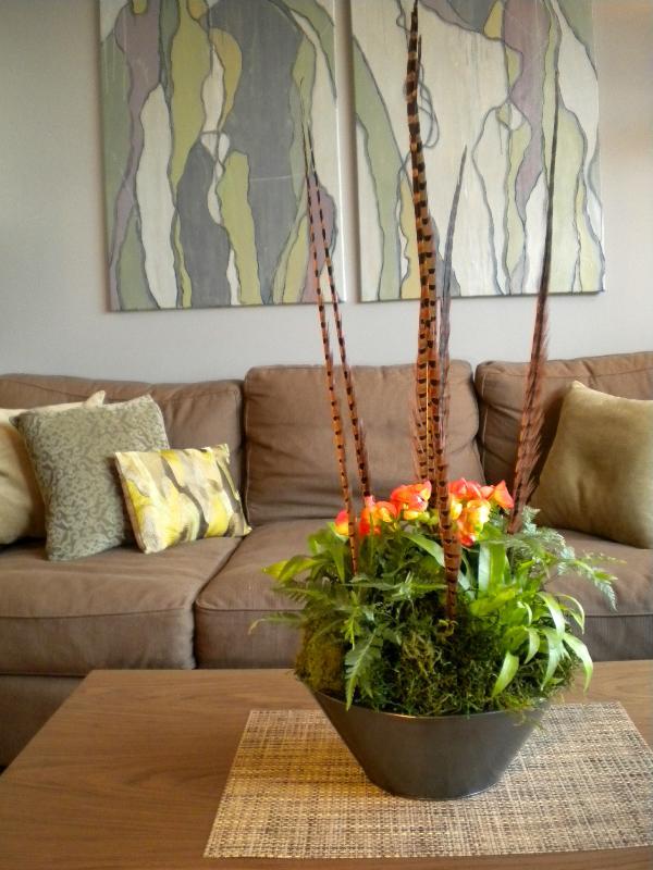 Горшок с растением на столике в гостиной