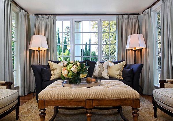 Декоративные подушки пастельных оттенков на тёмно-синем диване