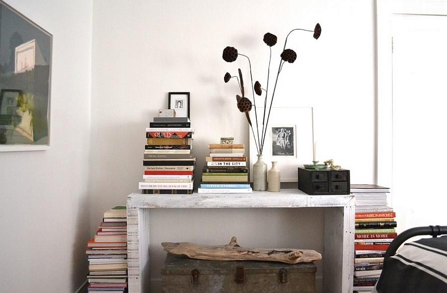 Книги на рабочем столе - украшение гостиной